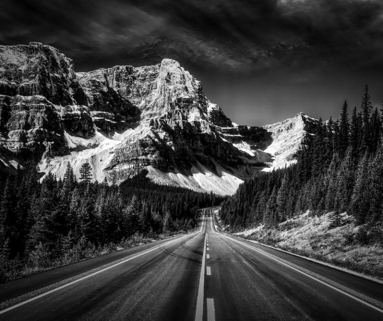 Route glacée, importance de bons pneus d'hiver