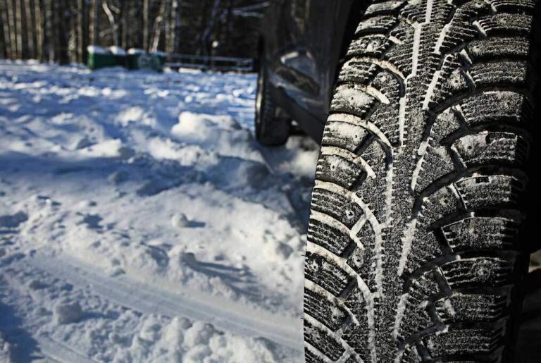 gros plan sur des pneus cloutés